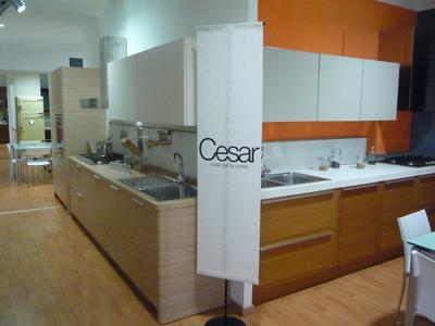 delle cucine in esposizione in uno showroom
