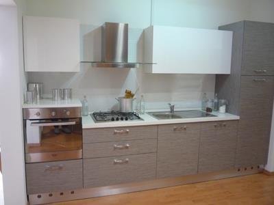 una cucina a blocco di color grigio
