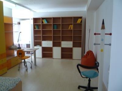 Una scrivania e un mobile di color giallo e arancione