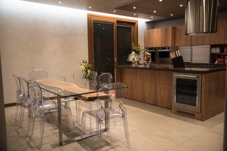 Tavolo Legno E Sedie Trasparenti.Cucine Personalizzate Moderne Particolari Bovolone Vr Stile Cucina