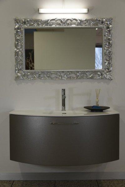 Un lavabo con un mobile di color grigio e uno specchio con una cornice argento