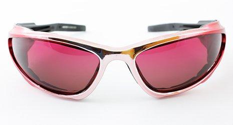un paio di occhiali da sole sportivi con lenti rosa shocking