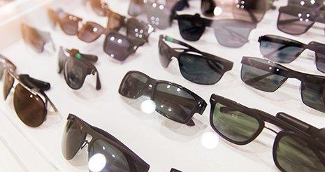una serie di occhiali da sole