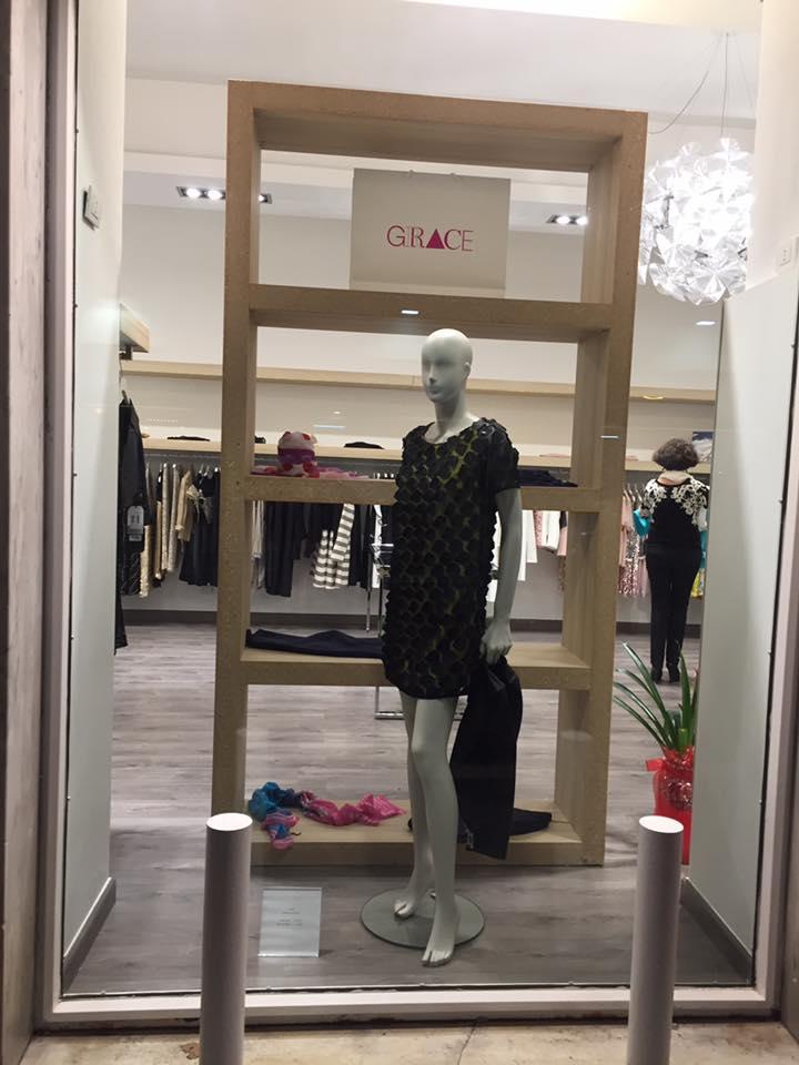 manichino con vestito corto nero da donna