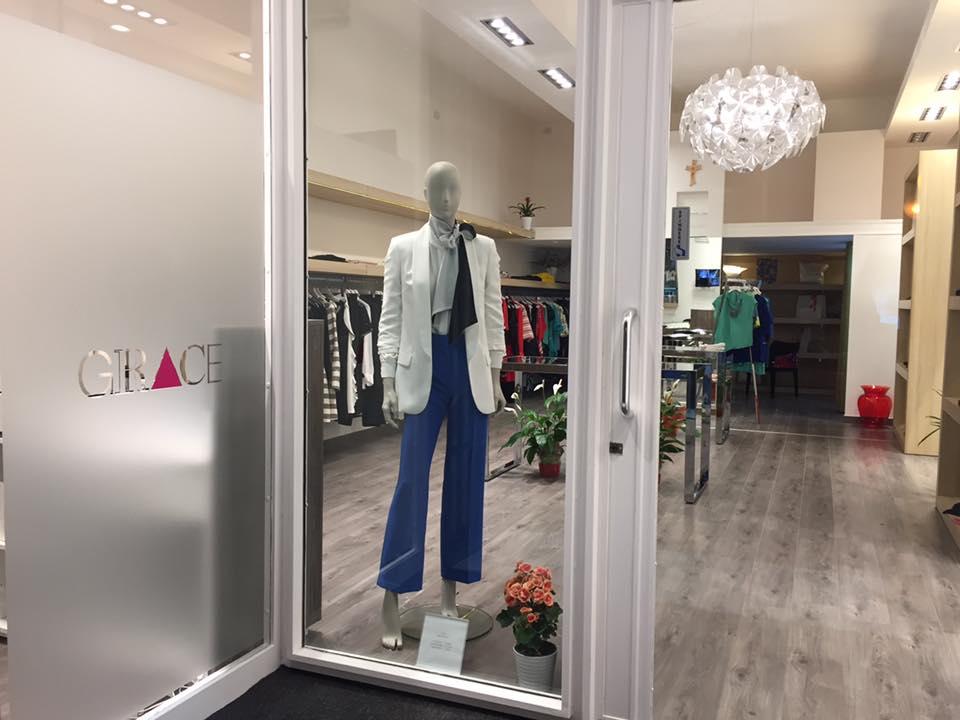 manichino con pantalone blu e giacca bianca