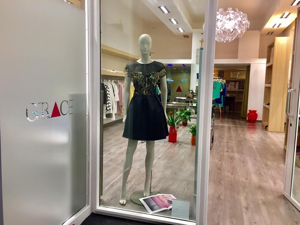 manichino con vestito dietro vetrina