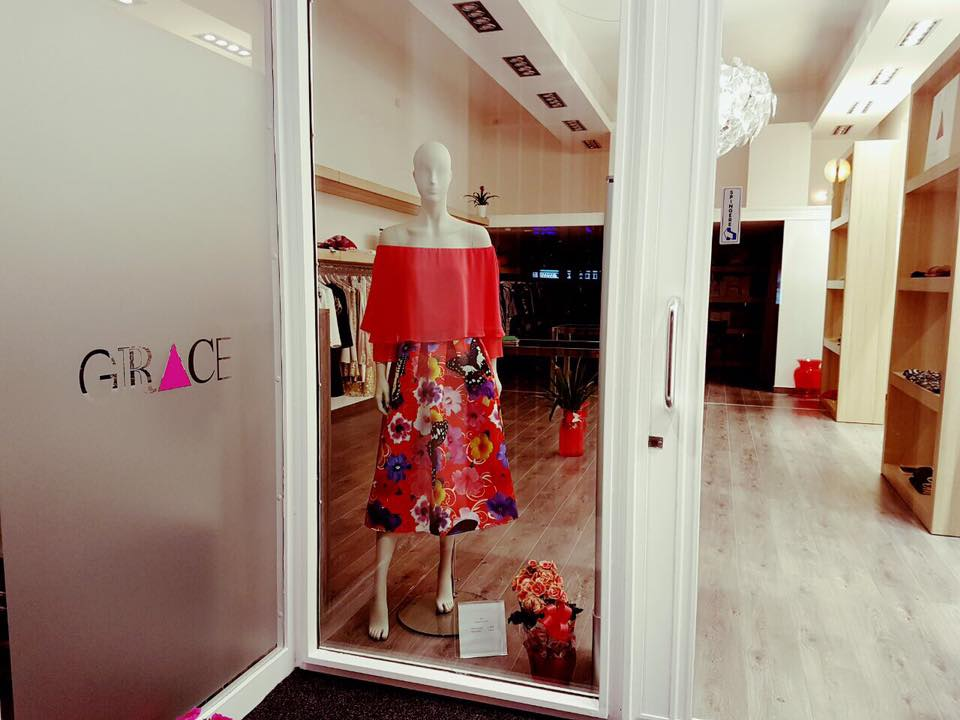 vetrina negozio con in vista manichino con vestito rosso