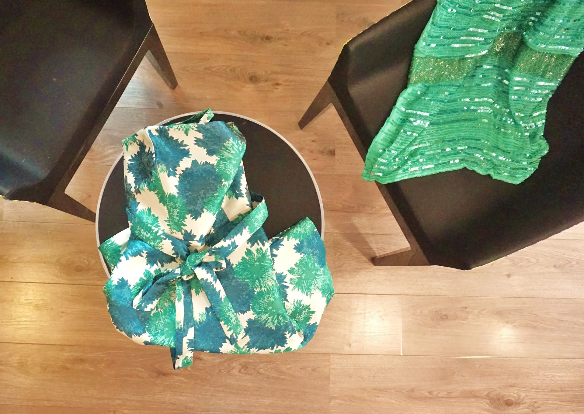 foulard bianco e verde su un tavolino