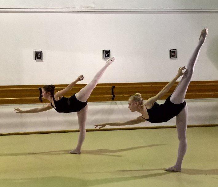 2 girls ballet dancing