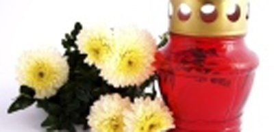 crisantemi e una candela per cerimonia funebre