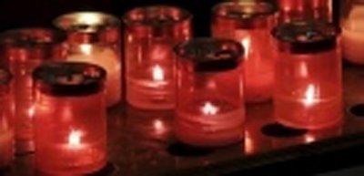 candele accese durante cerimonia funebre