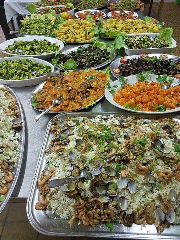 piatti e vassoi con verdure