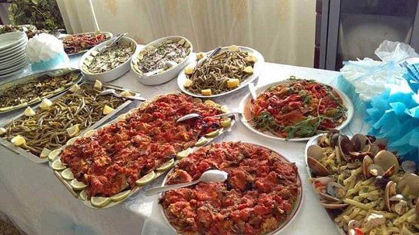 buffet con secondi piatti e contorni caldi