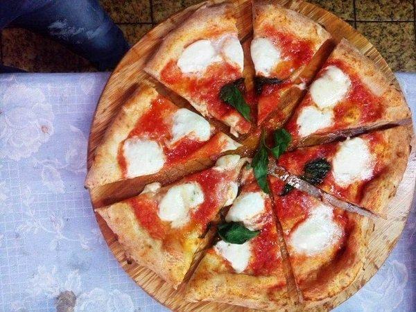 pizza margherita tagliata sul tagliere