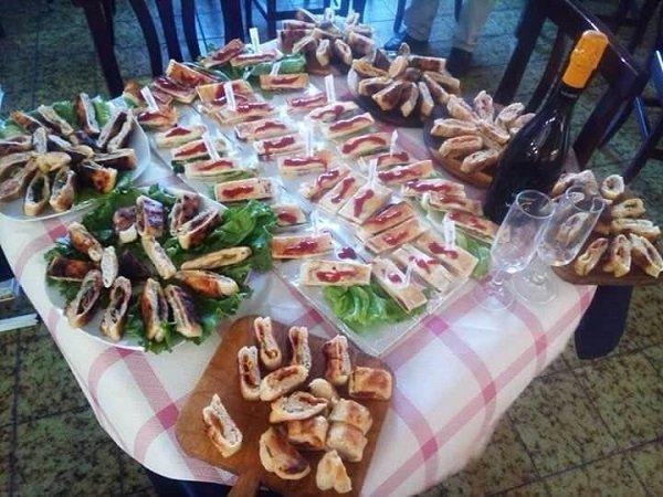 tavolo con piatti di focacce e stuzzicheria