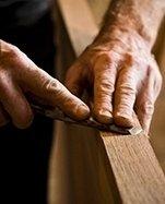 falegname che lima un'asse di legno