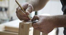 un falegname al lavoro su una struttura di legno