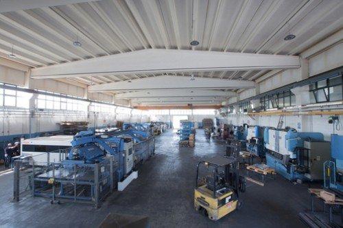 Interno del capannone industriale con tutte le macchine