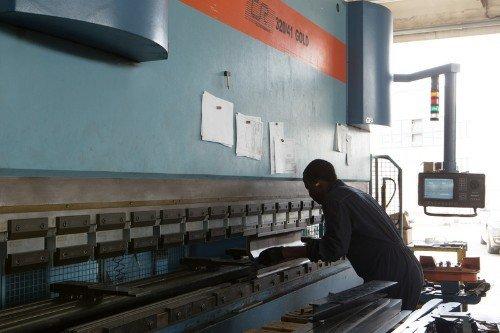 Prendendo il foglio di metallo
