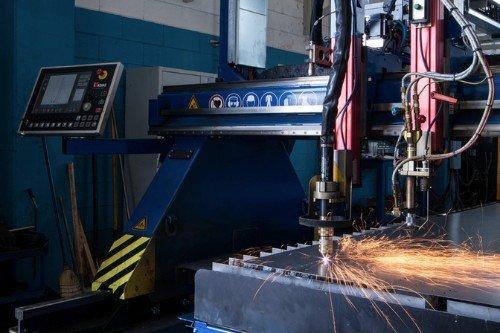 Macchina laser tagliando il metallo