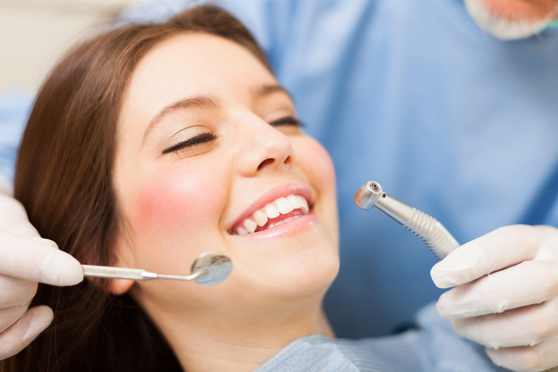 ragazza dal dentista