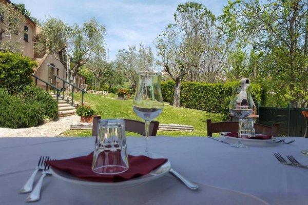 tavolo apparecchiato e vista del giardino