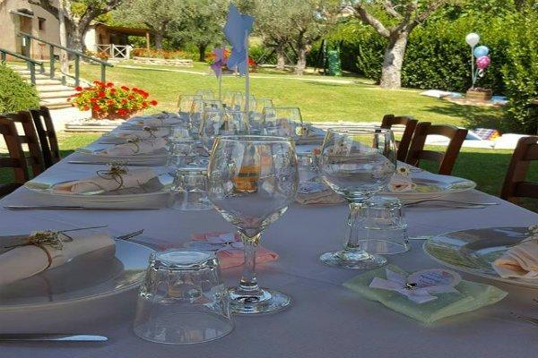 dei bicchieri su un tavolo apparecchiato per un ricevimento
