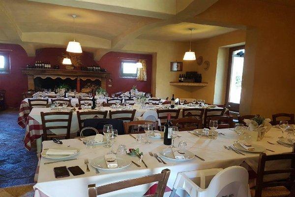 interno di un ristorante con i tavoli apparecchiati