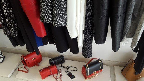 esposizione borse e vestiti