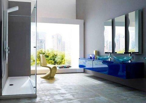 arredamento bagno con grande vetrata