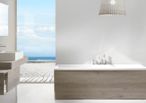 vasca da bagno con rivestimento in legno