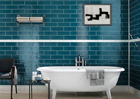 Rivestimento bagno con mattonelle azzurre