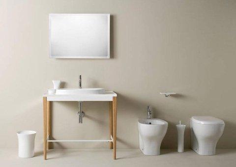 vista frontale di uno specchio un lavabo e sanitari