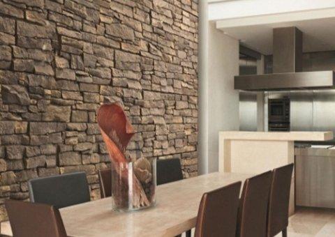 arredamento con muro in pietra