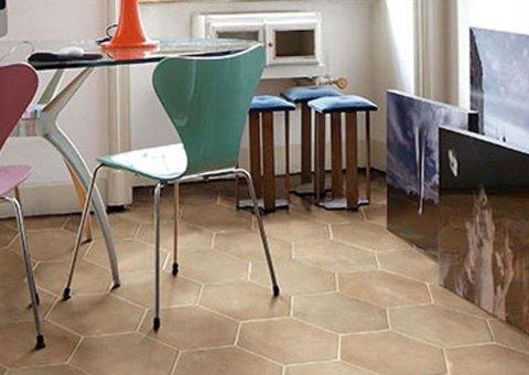 Pavimento in ceramica con sedie