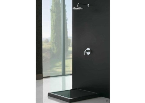 bagno con doccia e muro nero