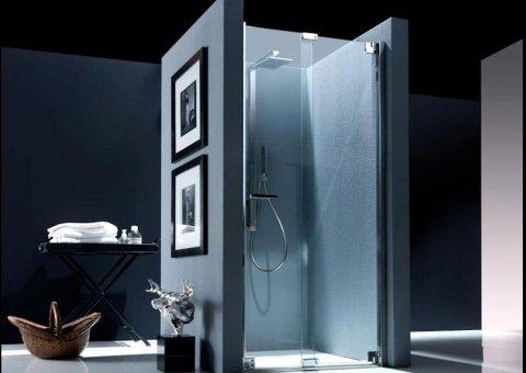 box doccia con quadri attaccati alla parete
