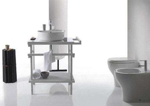mobiletto con lavello di fronte ai sanitari