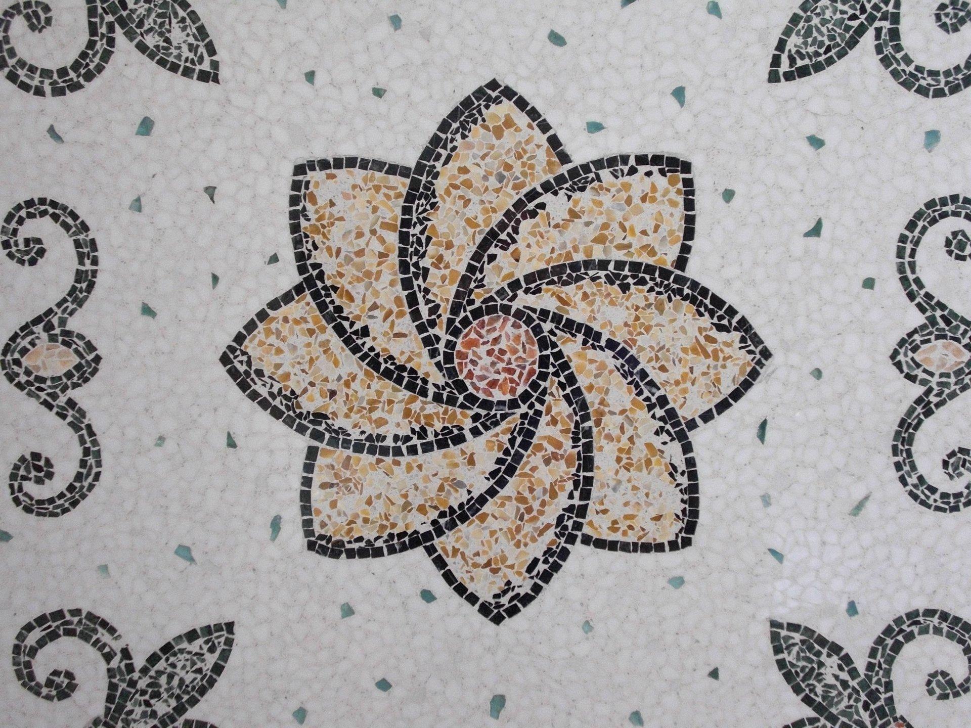 pavimento alla veneziana con fiore e vari gherigori