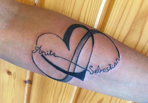 un tatuaggio con scritto Anita Sebastian e un cuore