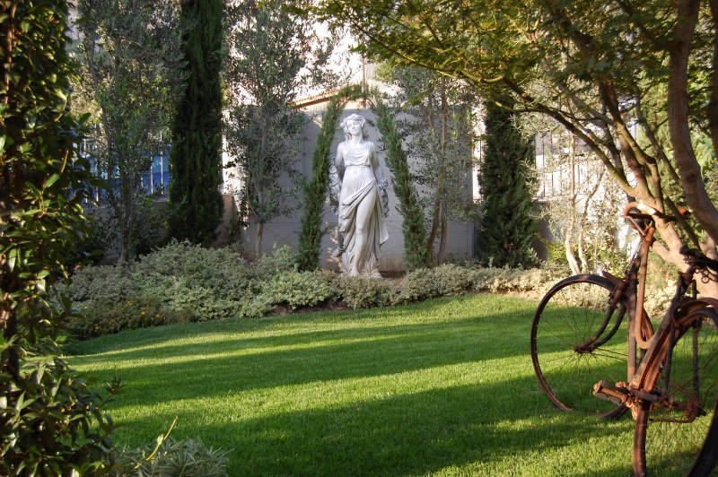 una statua di una donna in un giardino