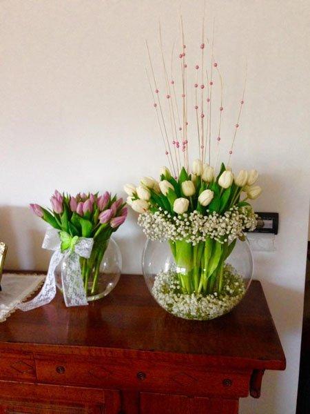 vasi di fiori in vetro su mensola in legno