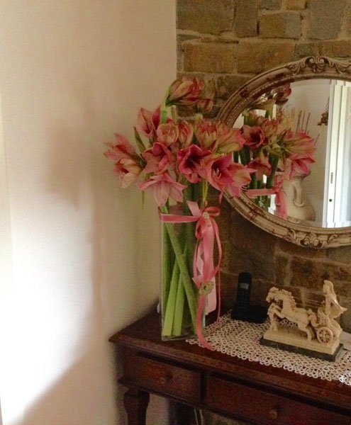 bouquet sul mensola con specchio