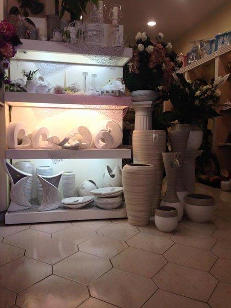 vista interna di una stanza con vasi e pietra e oggetti decorazioni