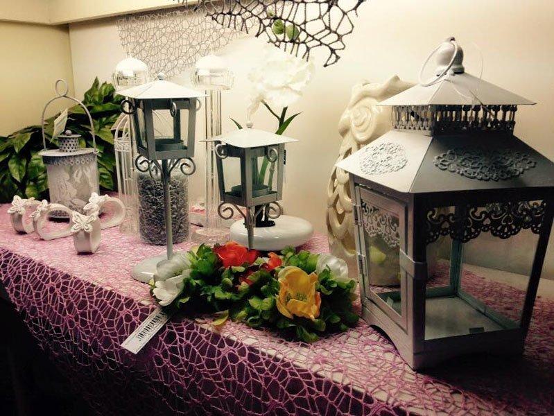 tavolo allestito con fiori e lanterni