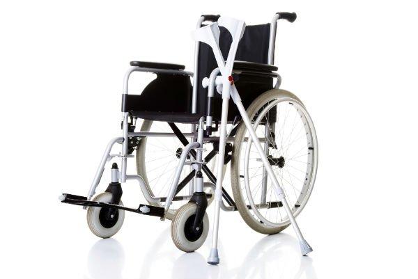 Una sedia a rotelle e due stampelle
