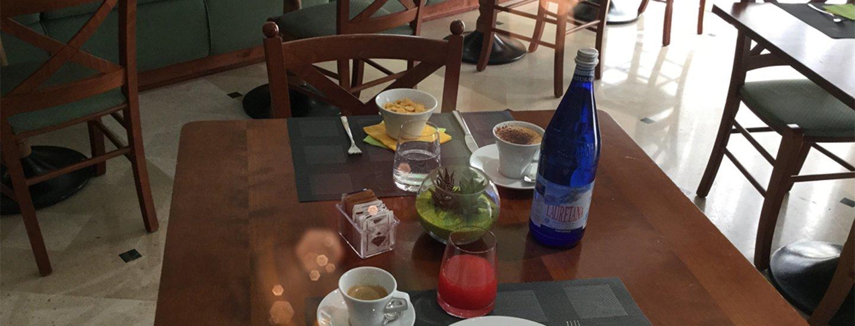 corn flakes e dolce tiramisu con una bottiglia di acqua sul tavolo