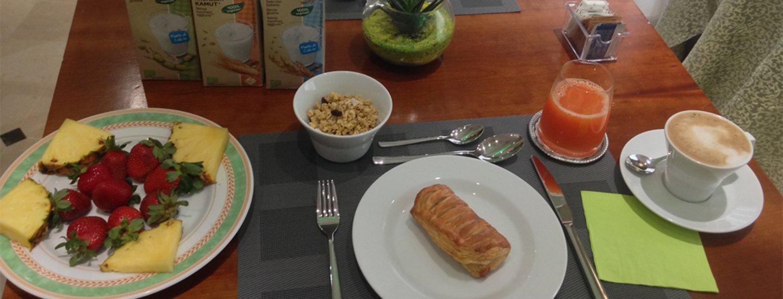 tavolo con colazione