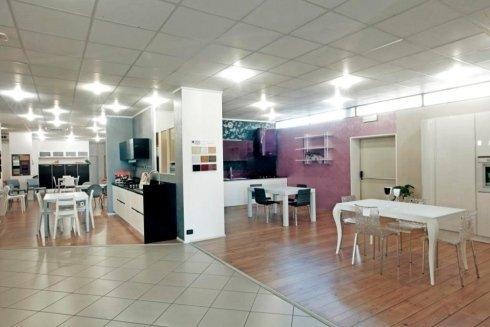 showroom con mobili in legno