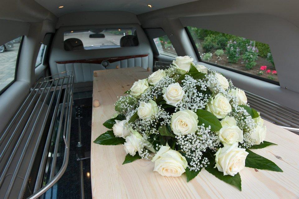 feretro in carro funebre